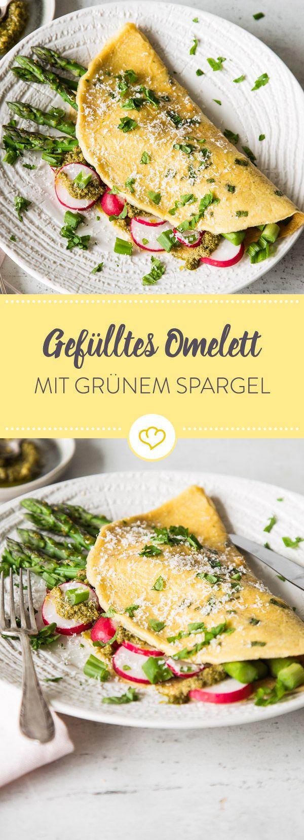 Ein Omelett im frühlingshaften Gewand: Bunt gefüllt mit grünem Spargel, knackigen Radieschen, Frühlingszwiebeln und einer ordentlichen Portion Pesto.
