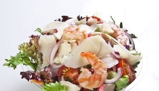 Videorecepte: ēd un tievē. Mazkaloriju putna piens, garneļu salāti ar avokado un pasta
