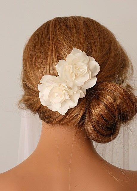 Bellissima acconciatura raccolta laterale per la sposa con fiori bianchi http://www.matrimonio.it/collezioni/acconciatura/2__cat