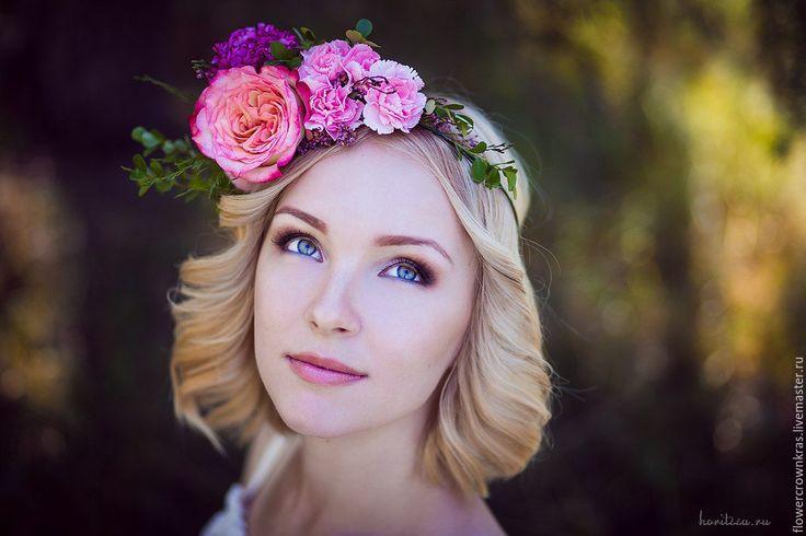 """Купить Ободок из живых цветов """"Вспоминая лето"""" - яркий розовый, венок на свадьбу. венок в стиле бохо, венок из роз, венок на голову, венок с цветами, венок для фотосессии, венок для волос, венок с розами, розовый венок, венок для блондинки, розы, бохо, бохо-шик, бохо украшения, рустик, рустикальная свадьба, украшение невесте, венок невесты, бохо осень"""
