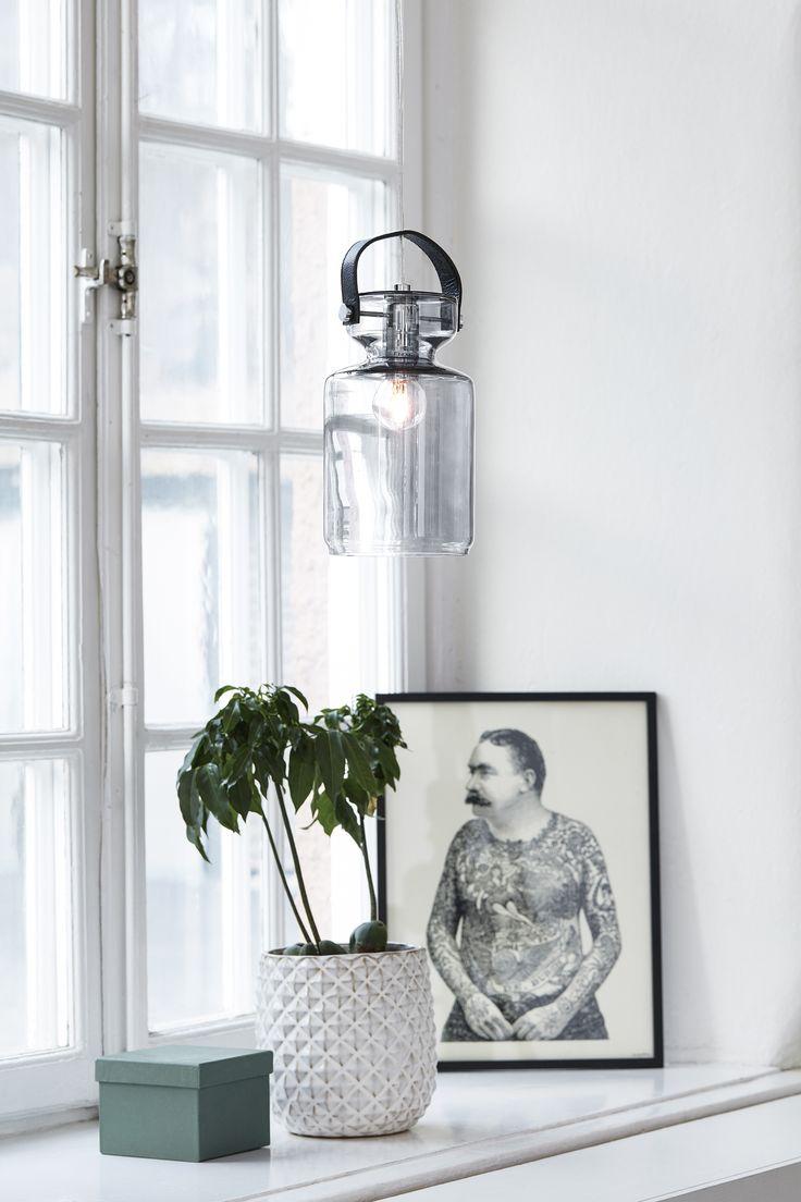 Milk fönsterpendel från Markslöjd. Design Markus Johansson. Färgat glas med detaljer i läder och metall. 3,5m sladd med krokupphäng. Strömbrytare på sladden. Väggkontakt. Liten lamphållare (E14). Max 40W glödlampa eller motsvarande styrka i halogen, lågenergi eller LED. #taklampa #cellinglight #light #markslöjd #lampa #lamp #light #interior #interiör #inspiration