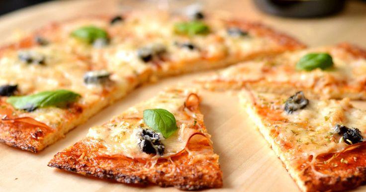 Mennyei Gluténmentes pizza recept! A gluténmentes étrendet követőknek is bátran ajánlom ezt a pizzaalapot. Nagyon enyhén lehet érezni a karfiol ízét, de nagyon kellemes. Illetve ugyanúgy működik mint egy klasszikus pizzaalap, bármit rakhatunk rá feltétnek! :)