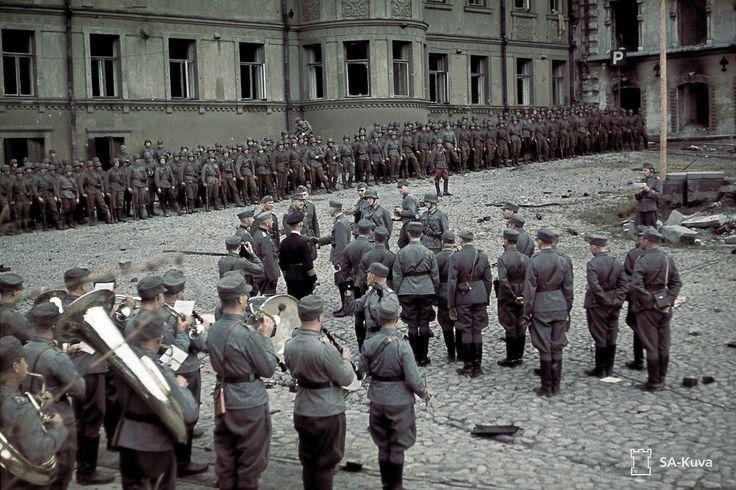 Viipurin valtausparaati 31.8.1941. Kenraaliluutnantti Oesch tarkastaa joukot Torkkeli Knuutinpojan patsaalla, kaupunginmuseon edustalla. Erkki Majava / SA-KUVA
