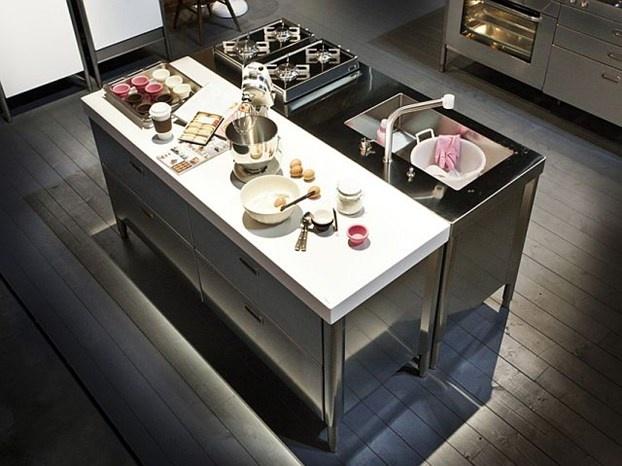 Design, funzionalità e tecnologia si fondono in cucina grazie alla versatilità dell'acciaio inox. http://www.leonardo.tv/cucina/alpes-inox-salone-del-mobile-2012