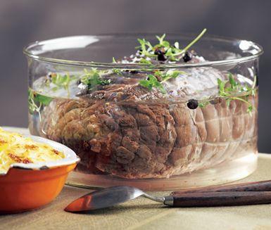 Ett enkelt recept på tjälknöl som du tillagar ett antal timmar innan den ska serveras. Du gör receptet av djupfryst älgstek, salt, socker, enbär och timjan. Servera köttet med krämig potatisgratäng.