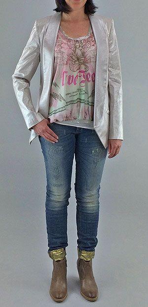 Sweet Magnolia - Opulent und zugleich zart wie eine Magnolienblüte ist dieses Outfit. Der Zartrosa metallisch glänzende Blazer von MARC AUREL ist mit neuem Smoking Revers und darunter ein blusig geschnittenes Seidentop ebenfalls von MARC AUREL mit aufwendigem Print. Eine super Figur macht die im used Look und mit Gold bedruckte Jeans von GANG. Sommerboots von MARC O`POLO runden den Look perfekt ab.