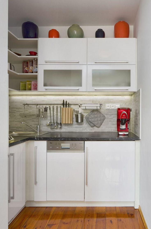 Osvědčený recept do kuchyně: bílá barva, kvalitní materiály a pár barevných kontrastů.