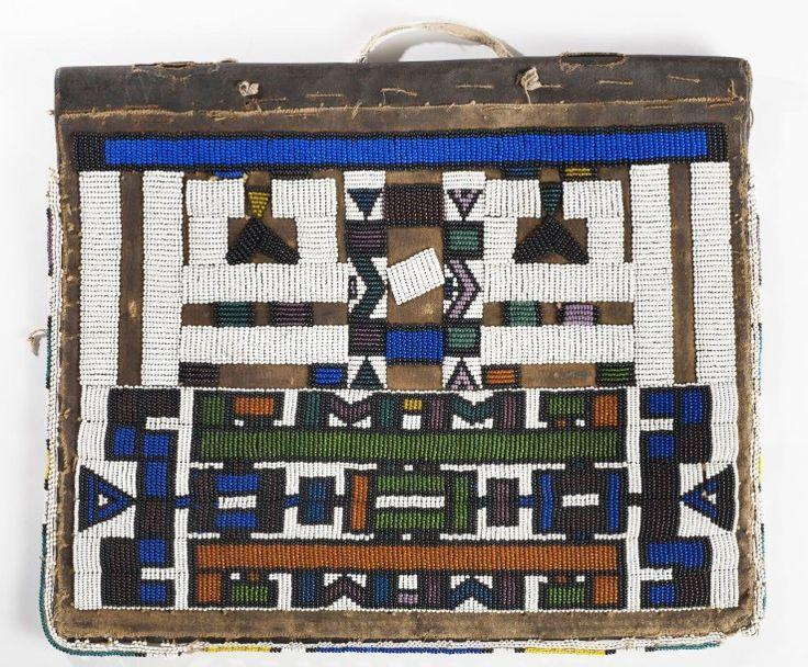 Tablier Ipepetu Ndebele. Afrique du Sud. Tablier lié à l'initiation des jeunes filles. Beau décor géométrique. Tissage de perles sur peau de chèvre.