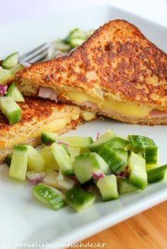 French Toast-Cordon Bleu mit Gurkensalat Rezept: Ei,Milch,Kochschinken,Käse,Salatgurke,Zwiebel,Weißweinessig,Olivenöl,Zucker,Pfeffer,Butter,Sandwichtoast