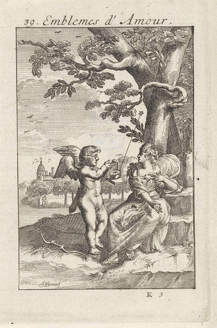 Jan van Vianen | Amor met de Noorderster bij een vrouw, Jan van Vianen, 1686 | Amor heeft een planetarium met een uitstekende ster in zijn hand en staat terzijde van een elegant geklede dame, zittend onder een boom. Zoals de Noorderster steeds het noorden aangeeft zo zal een minnaar altijd de ogen van zijn geliefde opzoeken. Negendertigste embleem uit Emblemata Amatoria.