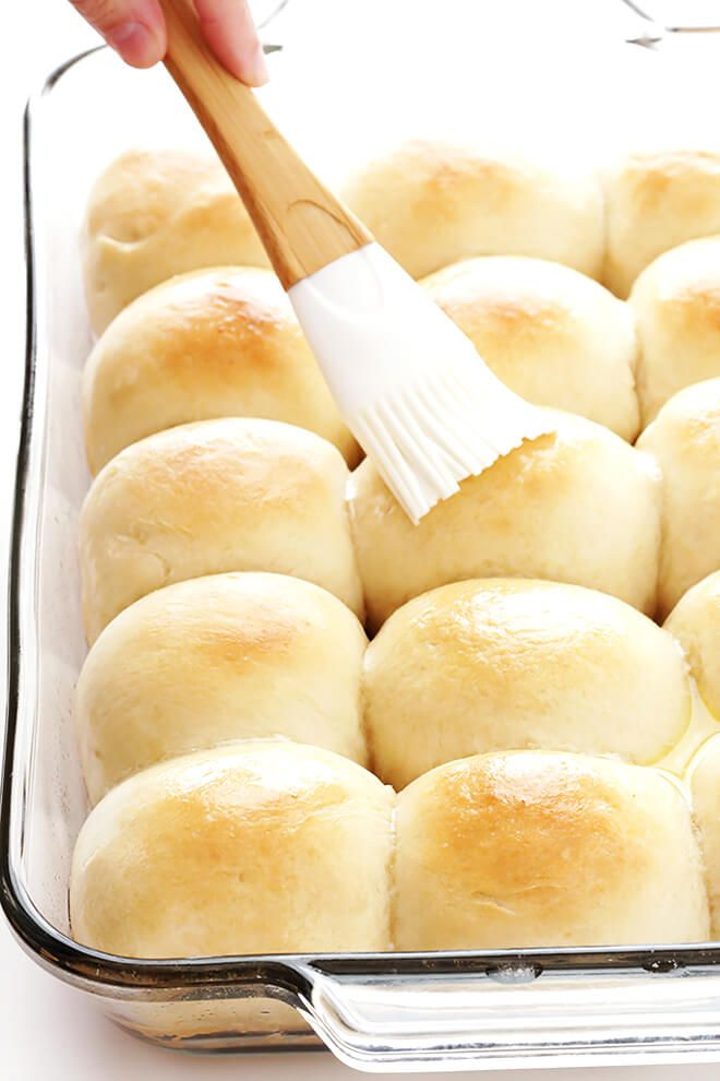 This 1-Hour Dinner Rolls recipe is the BEST! It's super-easy to make, and those soft and buttery rolls are irresistibly delicious! | gimmesomeoven.com