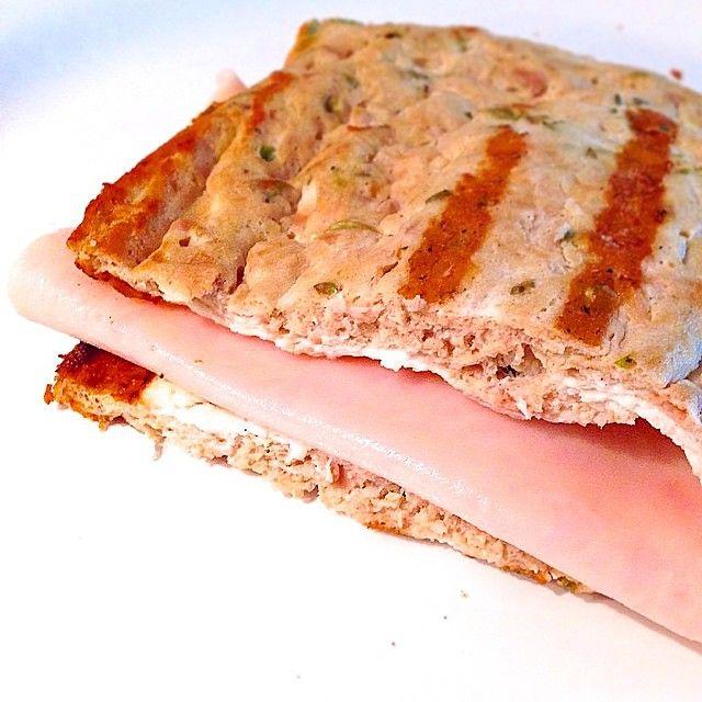Sandwich sin hidratos. Ingredientes 2-3 claras de huevo, 1 lata de atún al natural, sal baja en sodio,orégano, 1 puntita de cucharadita de levadura royal. PREPARACIÓN: mezclamos todos los ingredientes de la masa y batimos bien con un tenedo, quedara una especie de masa liquida.Ponemos en el microondas a potencia máxima durante 4′, tenemos que ver que no queda ninguna parte liquida. Sacamos del tupper,  lo partimos por la mitad y rellenamos.