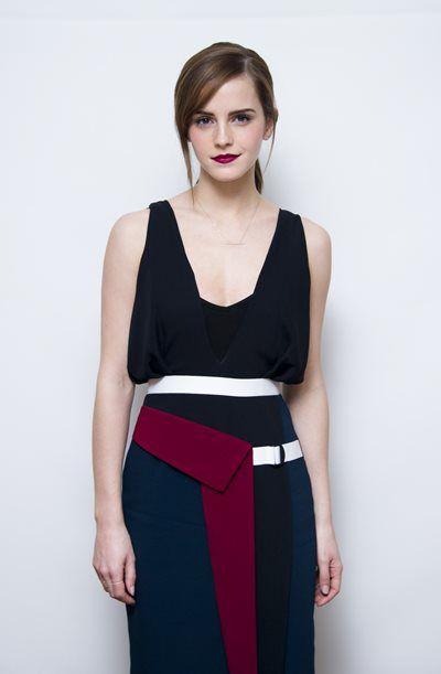 エマ・ワトソン - 美女度が高すぎ!モノトーン×ボルドーのモードなドレスでビバリーヒルズにて   海外セレブファッションスナップ CELEB SNAP