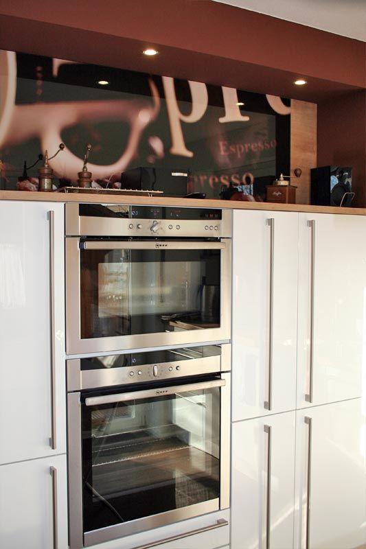 Da ich gern koche, sollte meine neue Küche nicht nur gut aussehen, sondern sollte auch alle guten Geräte haben. So durfte neben dem hoch gebauten Backofen auch nicht ein Kombi-Dampfgarer fehlen, sowie auch nicht der Kühlschrank mit Null-Grad-Zone.