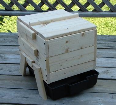 composteur à lombrics pour intérieur. Fabrication en bois. Bac de récupération du jus de compostage : plastique.