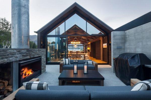 1. Dieser geschützte Wohnbereich im Freien im Haus Wanaka bietet niedrige Sofas