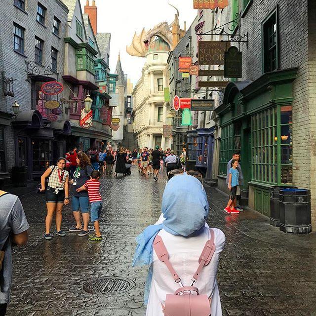 Hangimiz Hogwarts'tan gelecek kabul mektubunu beklemedi , diagon alley e gidip ders kitaplarını almak asasını secmek ,9 3/4 platformundan geçip treni yakalamak .. bunu 10 yaşında bir çocuğun hayallerini 25 yaşında gerçekleştirmesinin fotoğrafı olarak koyabilirim sanırım ☺️ ancak okurken okuduğu kitabın dünyasında yaşayan, bitince boşluğa düşen kitap kurtları bu hissi anlar 🙌🏼 #harrypotter #HP #universalstudios #gringotts #diagonalley