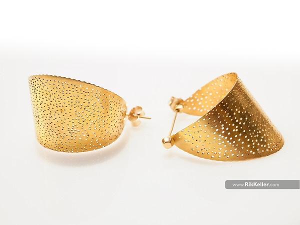 gold earrings for Maya Kini jewelry http://www.rikkeller.com/Exhibits-Portfolio/Best-of-2011/i-SjDzgZ8/4/M/P4162033-M.jpg