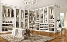 Weißer begehbarer Kleiderschrank im französischen Landhausstil