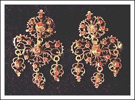 Coppia di orecchini antichi pendenti in oro e pietre rosse. (Spagna '700) Antiquariato su Arsantik