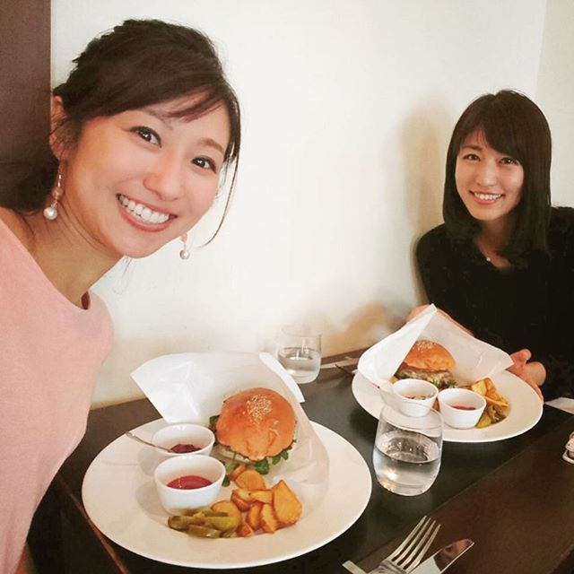yuka_tkmr : 酒井ちかちゃんとランチタイム。 私達が頼んだのは、焼きりんご入りのハンバーガー!! ジューシーで甘くて、幸せな味がしました😍😍 美味しいもの食べて、沢山話したから、またがんばれそうです🎵  #チャージごはん #アナウンサー  #ランチ  #薄着のちかちゃん #厚着のわたし