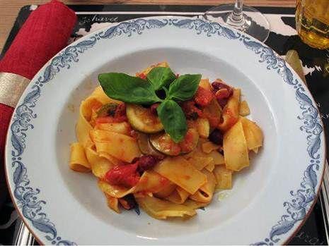 Pasta med bönor, tomat och zucchini