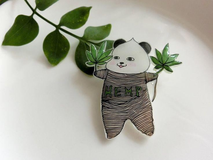 オリジナルキャラクターの「パンダの不安不安」のブローチです。   ★不安不安は「ふあんふあん」と読みますが、とてもわがままなパンダです。  世界中で一番自分がかわいいと思っていて、人の悪口を言ったり、 お友達にキケンな悪戯をしたりして周囲を不安な気持ちにさせるパンダです。  ひとりぼっちなことが多い...