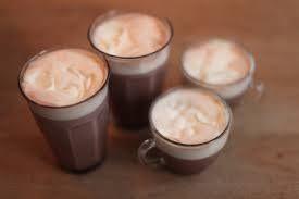 blender 1 cup ongebrande amandelen ( witte zijn het gemakkelijkst, die hoef je niet meer te zeven. ze zijn wel iets prijziger dan de bruine amandelen) 1 hele gulle eetlepel rauwe cacaopoeder of 2 eetlepels carobe poeder ( de smaak van rauwe cacao en carobe is echt verschillend. Carobe is een stuk goedkoper dan cacao.) 3 cup schoon water 1 zachte dadel zonder pit, of 2 kleine als ze klein zijn klein scheutje vanille extract of vanillepoeder ( bij de biowinkel zijn natuurlijke varianten…