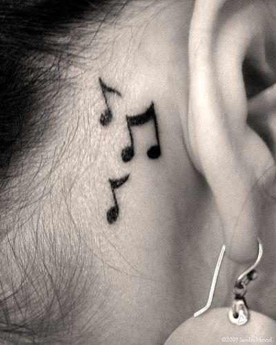 Noten Tattoo hinter dem Ohr