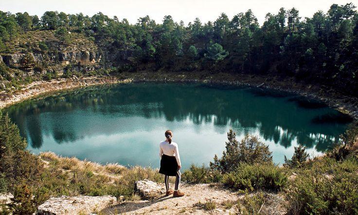 Laguna de la Gitana (Castilla La Mancha) Aguas de todos los verdes imaginables llenan las lagunas de Cañada del Hoyo, en la Serranía Baja conquense. En la de La Gitana, una de las más bonitas, resuena la leyenda de dos jóvenes cuyo amor no pudo ser y acabó de forma trágica. #Cuenca