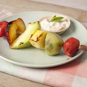 Recept - Zomerfruitkebabs met abrikozen-yoghurtdip - Allerhande