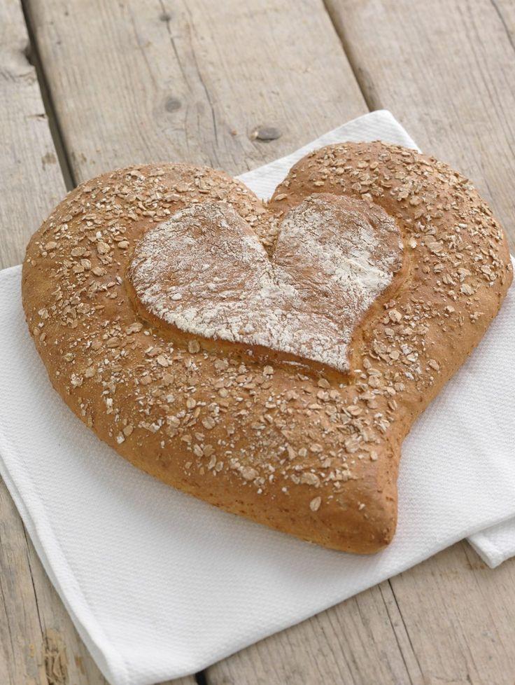 Hjertebrød er et hjerteformet brød du baker til kjæresten eller en du er glad i. Med fin rug og hvete er det halvgrovt og passer som tilbehør til middag.