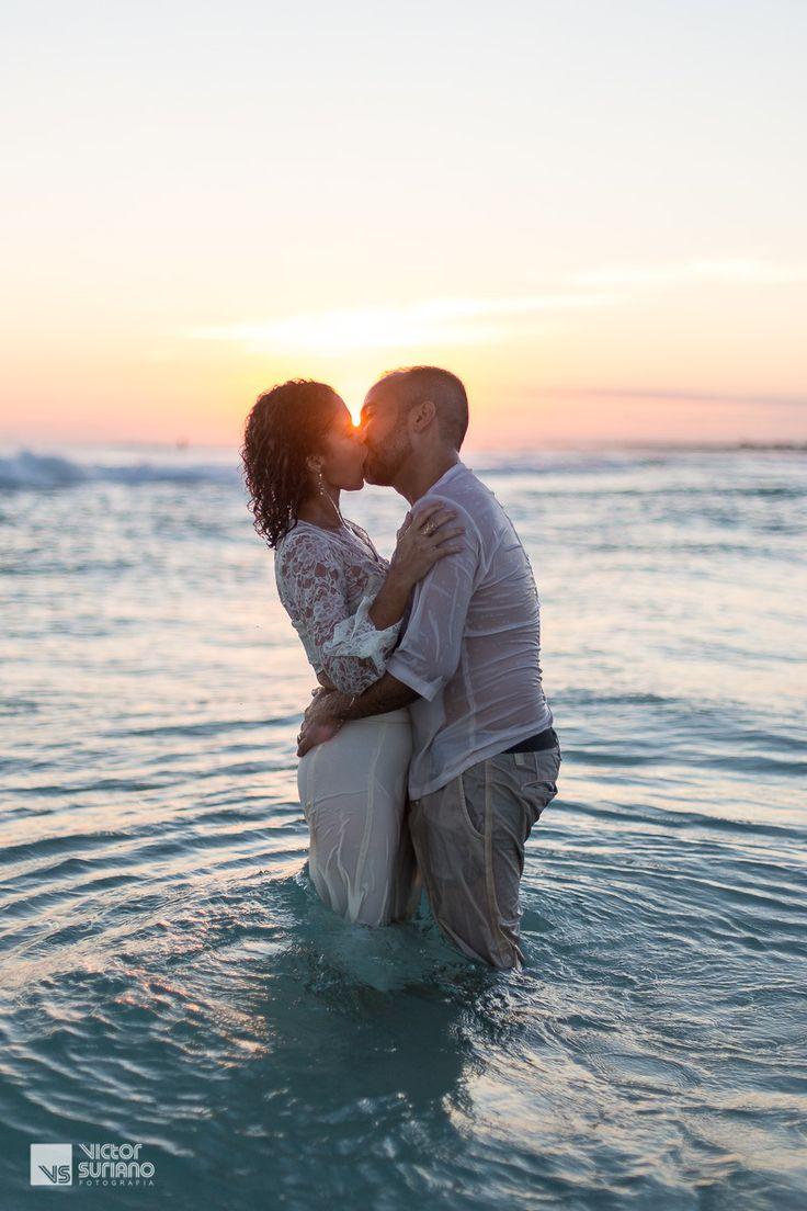Ensaio de casal realizado em Arraial do Cabo, em uma das praias mais lindas do Brasil chamada Praia Grande.  #arraialdocabo #ensaiocasal #ensaioprewedding #beijo #love #victorsuriano