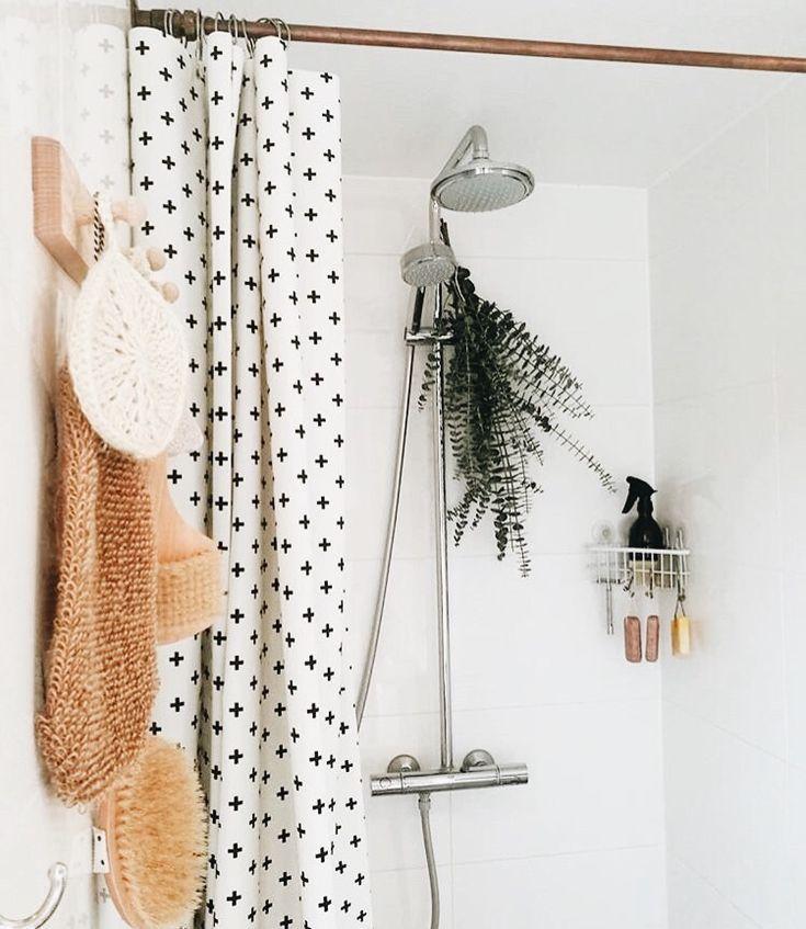 weißer Duschvorhang mit schwarzen Tupfen senfgelbe Handtücher kleines weißes Fliesenbad