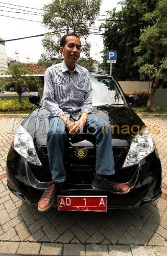 Joko Widodo dan Mobil Esemka  Wali Kota Solo, Joko Widodo menaiki mobil Esemka Rajawali, saat melakukan kunjungan ke kantor Warta Kota, Kompas Gramedia, Jakarta, Minggu (26/2/2012). Mobil Esemka tersebut akan melalui uji emisi di Serpong, untuk bisa memasuki pasaran mobil nasional.
