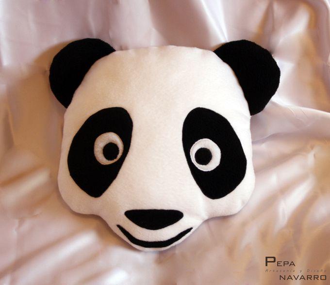 COJÍN OSO PANDA.  Cojín realizado con tejido de forro polar, relleno de fibras de poliéster, muy suave y blandito.