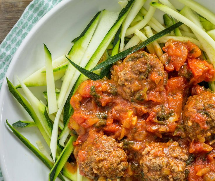 Spaghetti met balletjes maar dan anders! Een klassiek gerechtje; spaghetti met gehaktballetjes in tomatensaus. Wij maakten de spaghetti van courgette, super lekker en makkelijk te maken. Voor extra variatie; maak …