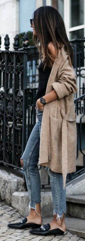 Knitwear + annual return this fall + ahead of the trend! Federica L. + stylish beige boyfriend cardigan + distressed denim + loafers + authentic seasonal style.   Cardigan: Mango, Jeans: Bershka, Top: Stradivarius.