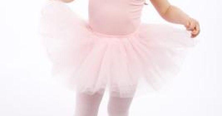 Cómo hacer un tutú muy abultado sin coser. Puedes hacer un tutú abultado para un bebé o una infante sin ningún tipo de costura. Para una niña grande o un adulto, el tutú requiere un par de puntadas en la cintura y ninguna otra costura. Haz el tutú abultado con una tela de tul de un solo color o haz un tutú de colores intensos con un tul de color arcoiris. Puedes hacer el tutú como un ...