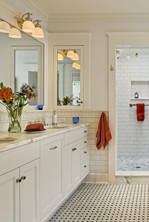 Valkoiset kaapistot, mustavalkoinen lattia ja perällä suihku.