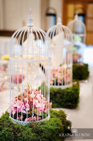 Sweet buffet birdcages decoration / Dekoracja słodkiego bufetu: romantyczne klatki, mech prosto z lasu i pachnące groszki / fot. Paulina Sztenkiel/Kraina Ślubów