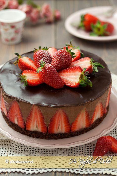 Torta mousse al cioccolato e fragole ricetta facile per un dolce che stupirà tutti. Una mousse al cioccolato cremosa e senza uova, facile e tante fragole.