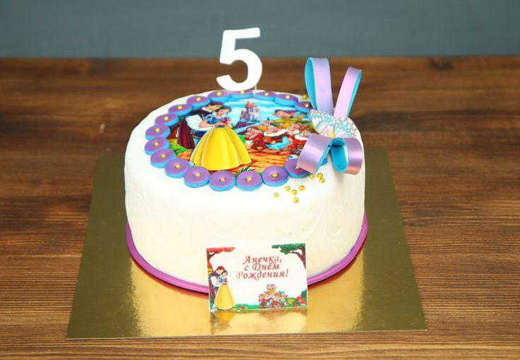"""Детский торт """"Белоснежка и семь гномов""""  Все дети любят сказки, особенно такие, как #белоснежка - добрые и поучительные. Если ваш ребенок с удовольствием слушал эту сказку, подарите ему встречу с ее героями, хотя бы в виде изысканного и очень вкусного торта. #Фототорт — еще одна интересная возможность удивить именинника и гостей праздника.  С удовольствием изготовим, а если пожелаете то и доставим, #детскийторт от 1-го кг всего за 2050₽/кг 😉  Специалисты #Абелло готовы помочь с выбором…"""