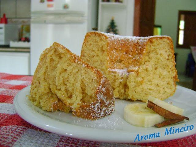 Aroma Mineiro : Bolo de Banana de Liquidificador - O perfume na cozinha anuncia o bolo pronto; quem chega logo se assenta em volta da mesa à espera do café para acompanhá-lo.