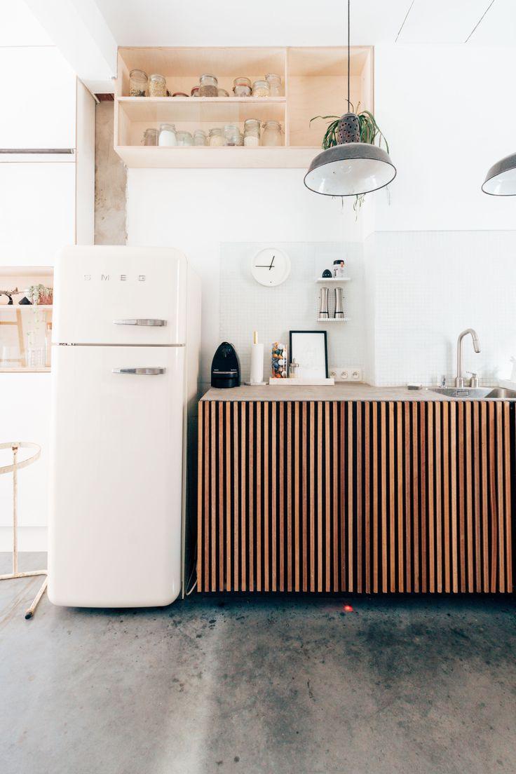 Un meuble de cuisine recouvert de lattes en bois