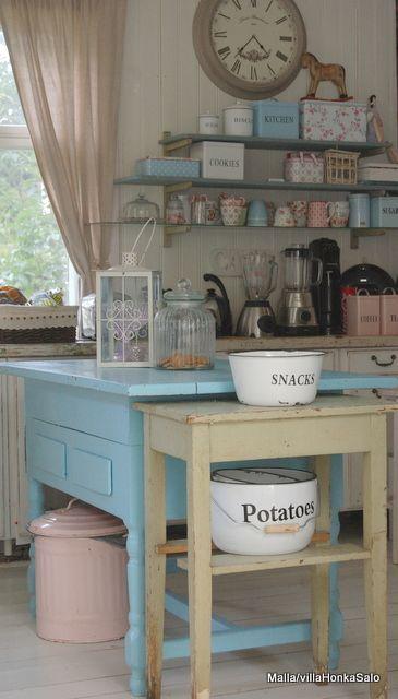 Mooi wonen met roze. Wat een gezellige grote keuken. Wowww, die deuren! De stoelen daarentegen hadden echt wit of een pastelk...