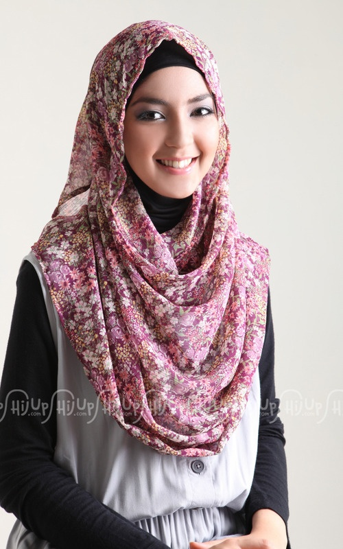 Who doesn't love flowery pattern? Myzeekha is up with colorful flowery pattern scarves. Grab them here > www.hijup.com