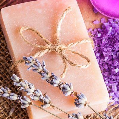 Seife herstellen - Seifen-Rezept: Teebaumöl-Seife selber machen - Anleitung - Seifenflocken in wenig Wasser auflösen, einmal kurz aufkochen lassen. Nach dem Abkühlen ...