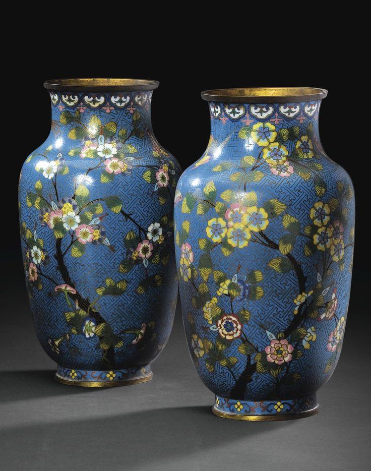 A pair of bronze cloisonne enamel Vases, 19th century, Qing Dynasty.  PAIRE DE VASES EN BRONZE DORÉ ET ÉMAUX CLOISONNÉS  CHINE, DYNASTIE QING, XIXE SIÈCLE