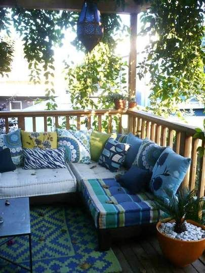 My Great Outdoors: Rachel's Entertaining Space [I would love to try to do something like this on our balcony, but it's too small for it :( ]